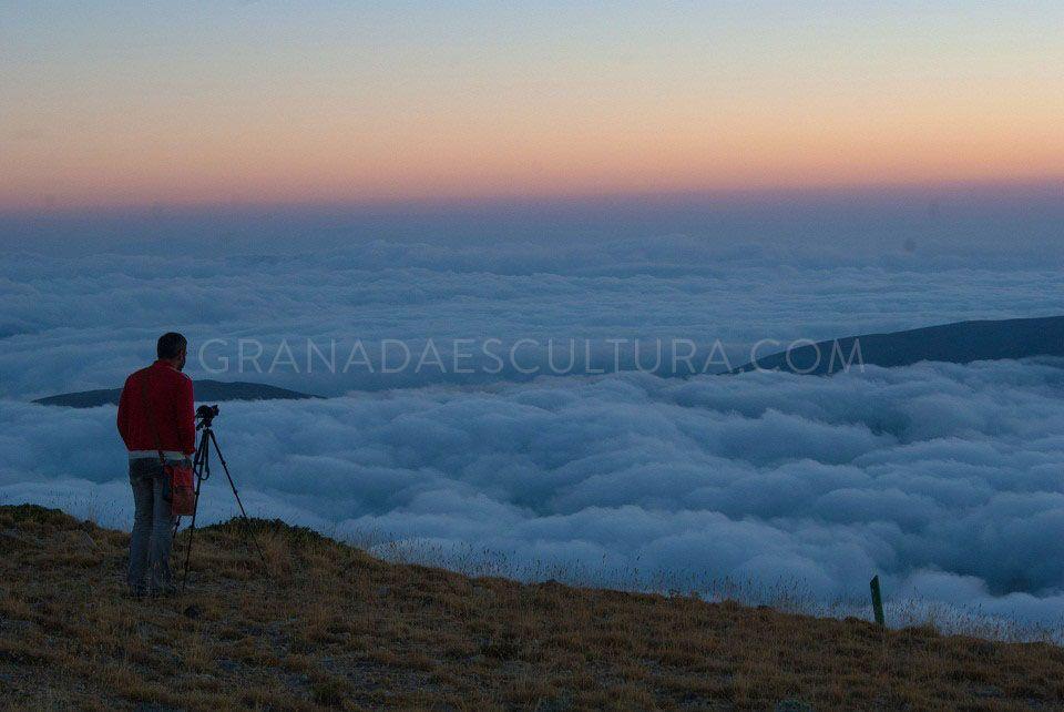 Mar de nubes en Sierra Nevada al amanecer